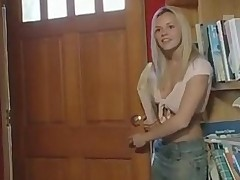 Molodaja blondinochka poluchila v popku krepkij i tolstyj fallos