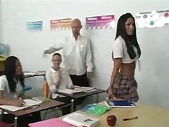 Джулию учитель трахнул прямо в классе