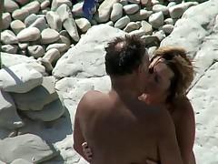 Секс на пляже. Все дамы делают это!
