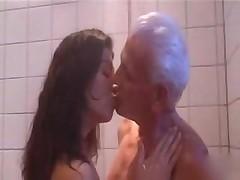 Старик жарит няньку в душе