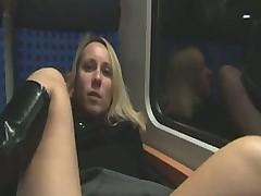 Молодая парочка занялась сексом в поезде после разогрева