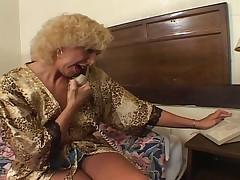 Starushka blondinka s moloden'koj
