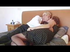 Babushka v setchatom bel'e trahaet deda