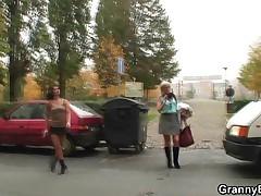 Babulja prostitutka udovletvorjaet molodoj  chlen