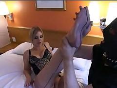 Милашка в чулочках заставляет мужика целовать ноги