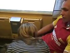 Две пары в поезде и их развлечения
