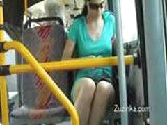 Devochka trogaet sebja pod jubkoj v avtobuse