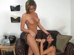 Лесбиянки развлекаются страпончиком