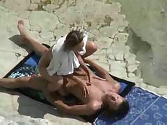 Пара ебется на пляже